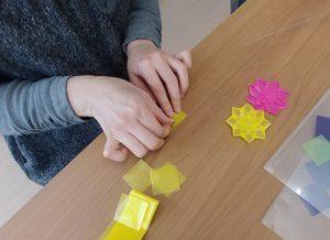台紙に使う折り紙を手作りしている写真。