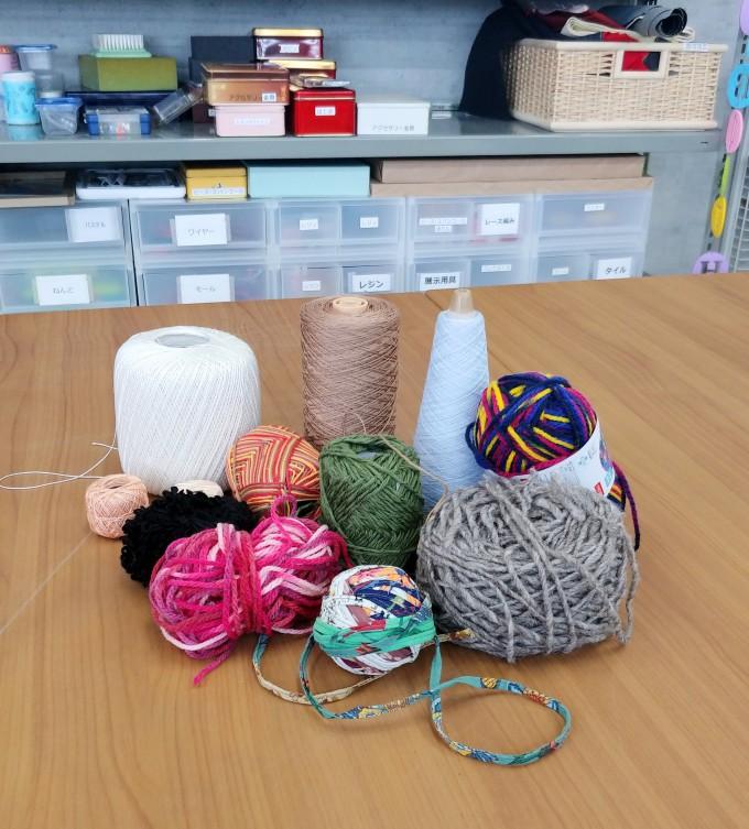 織物に使う様々な種類の糸の写真です。