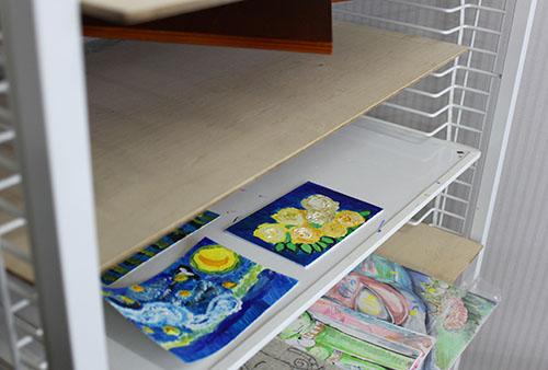 仕上がったばかりの作品2枚の写真です。絵を乾燥させる棚に置かれています。