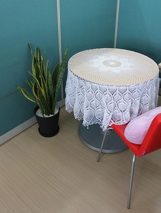 テーブルにかけたレース編みの作品写真。