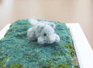 羊毛フェルトでできたヤマネの写真。